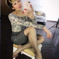 Plan cul cougar asiatique avec une libertine sexy