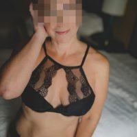 Plan cul avec une femme mûre de paris en lingerie coquine